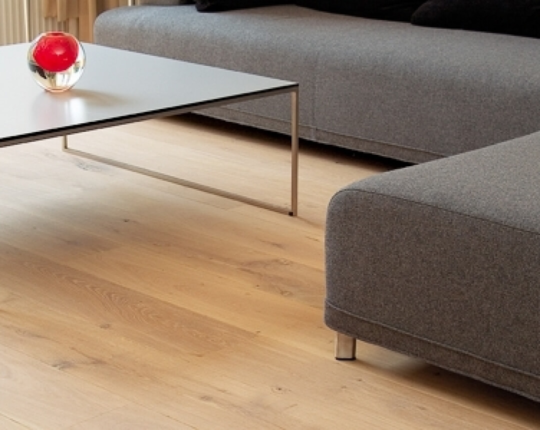 Straight pattern classiq french oak wood flooring in the living room