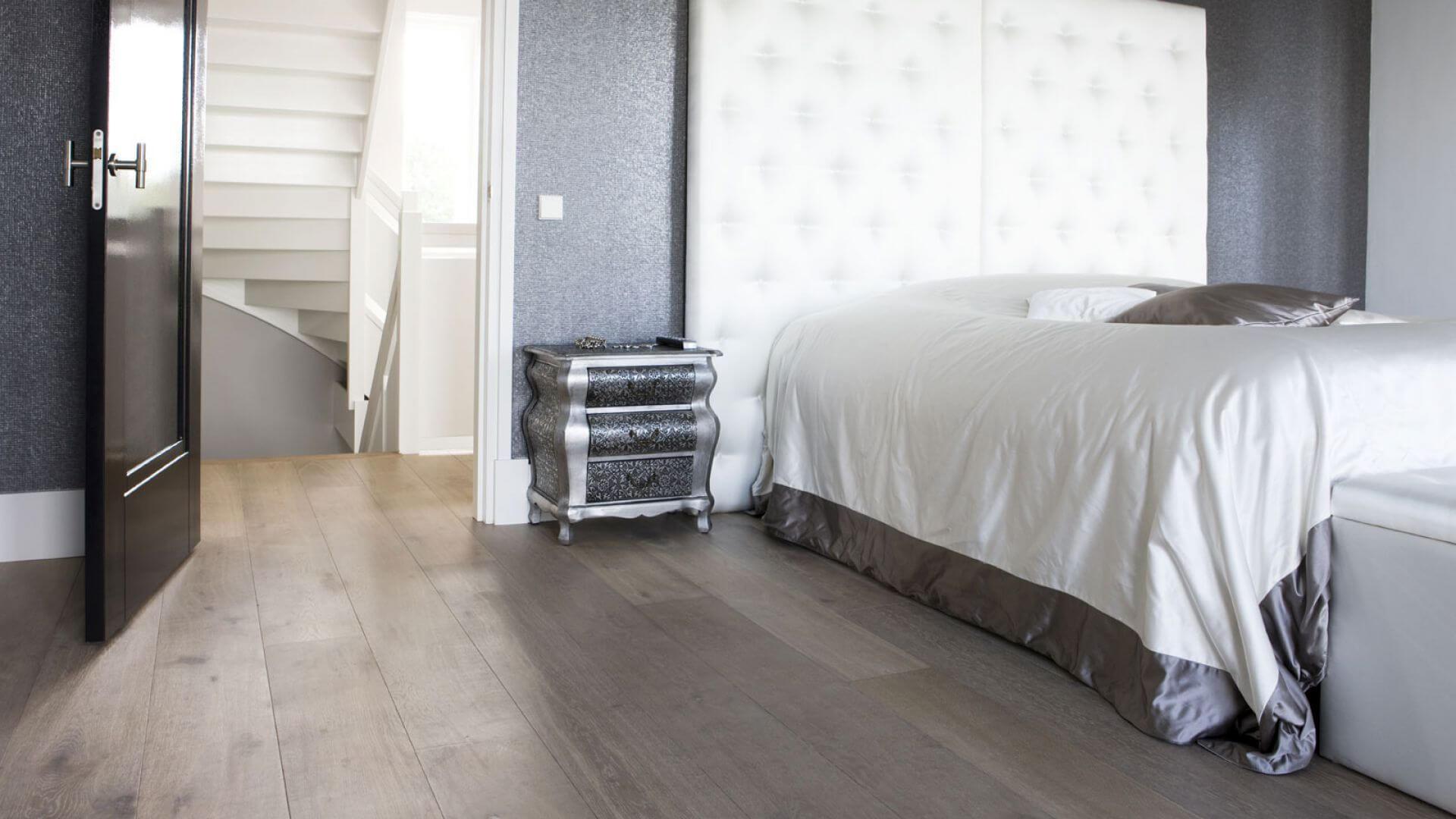Floors can be installed in different ways. Uipkes Wood Flooring specializes in five installation patterns: plank floors, Versailles floors, herringbone floors, chevron floors and end grain pattern floors.