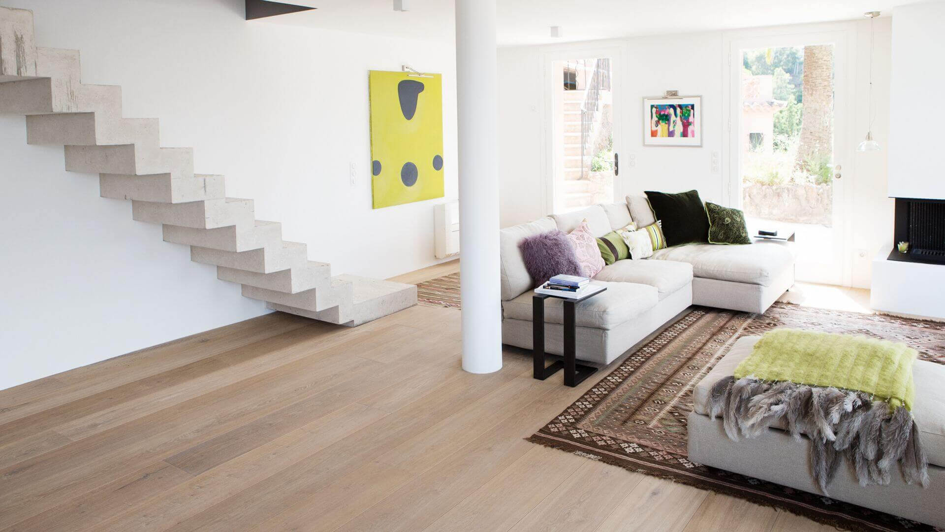 Visit us for expert advice on wood flooring in our showroom located in the heart of Amsterdam and be inspired! We can show you example floors with many color finishes and installation patterns like chevron, herringbone and other patterns. This way you can fully experience how your future wooden floor will look like. We provide you with all the information you need, like how to combine a wooden floor with underfloor heating. If you like, we can also make a free quote for you.